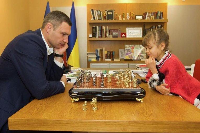 Кличко встретился с чемпионкой Европы Вероникой Веремьюк и сыграл с ней партию в шахматы.