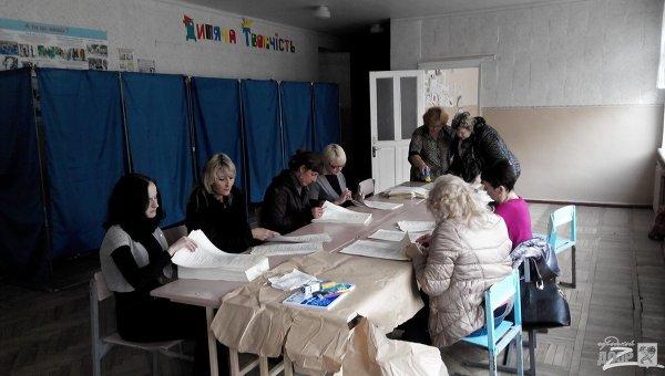Работники участковой избирательной комиссии, расположенной в харьковской школе №61, куда бросили дымовую шашку