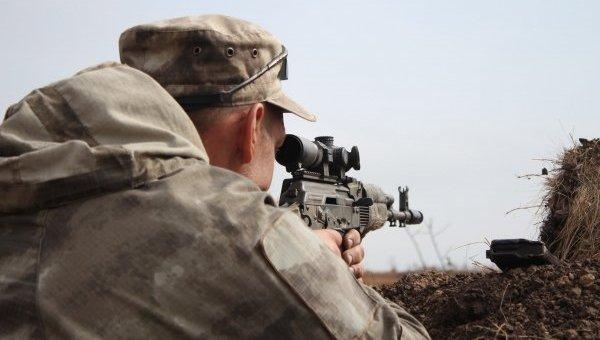 Украинские военные охраняют позиции на передовой в зоне проведения АТО