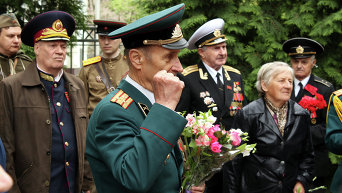 Представитель казачества (слева) участвует 9 мая в акции Союза советских офицеров, которую пикетировала патриотическая общественность