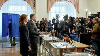 Петр и Марина Порошенко на избирательном участке в Киеве в день местных выборов 25 октября 2015 г.