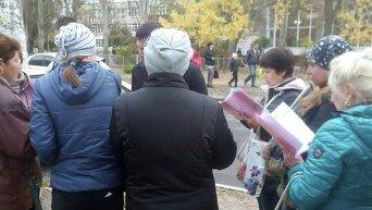 В Запорожье в Бородинском микрорайоне возле школы №69 зафиксирована группа людей с папками и списками