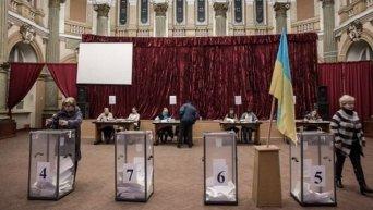 Голосование на одном из избирательных участков в Харькове