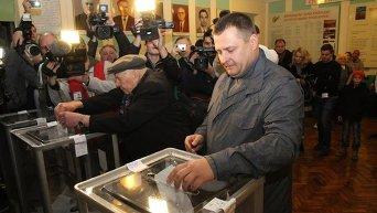 Борис Филатов во время голосования