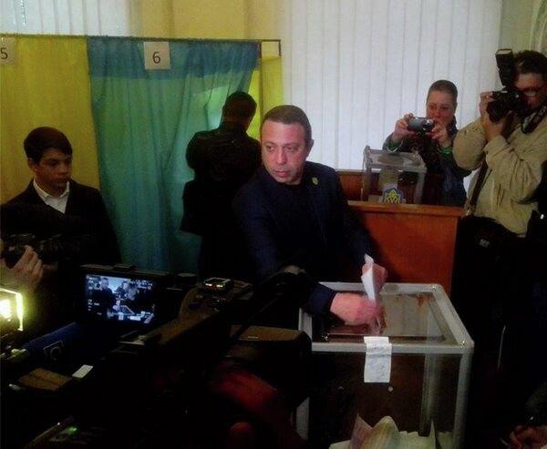Геннадий Корбан приехал голосовать на избирательный участок в Днепропетровске со значком УКРОП на пиджаке, что можно расценить как агитацию