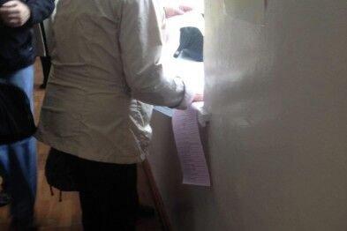 В Одессе на участках наблюдаются очереди. Люди голосуют прямо на подоконниках, чтобы быстрее сделать свой выбор и уйти