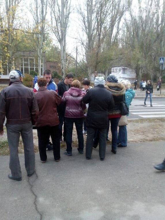 В Запорожье в Бородинском микрорайоне возле школы №69 была зафиксирована группа людей с папками и списками
