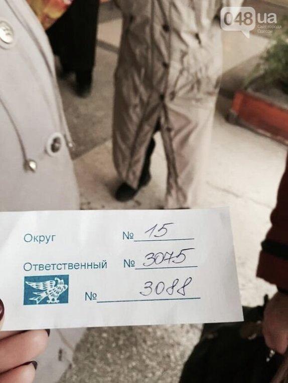 В Луганской области на округе №15 зафиксированы нарушения, когда пожилые избиратели показывали для фото свои талончики