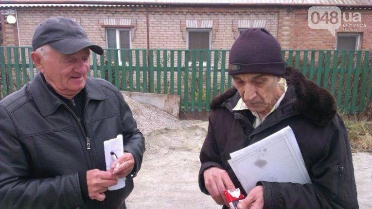 В Запорожье мужчины ходят со списками и отмечают, кто за кого голосовал. Никаких документов не показали