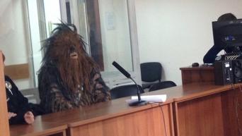 Мужчина в костюме Чубакки в здании Киевского РОВД Одессы
