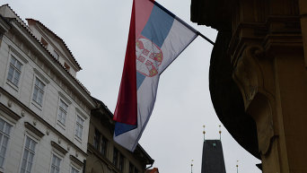 Государственный флаг Сербии на посольстве. Архивное фото