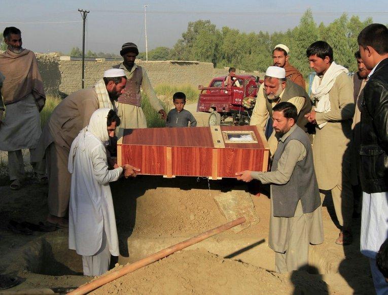 Похороны одной из жертв землетрясения в уезде Бехсуд провинции Нангархар в Афганистане