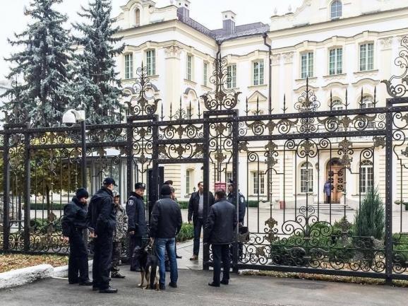 Милиция возле здание Верховного суда Украины после сообщения о минировании здания