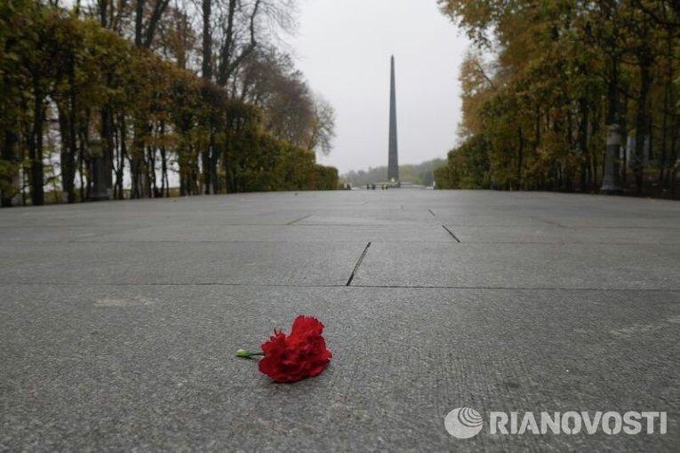 Возложение цветов в Киеве по случаю Дня освобождения Украины от фашистских захватчиков