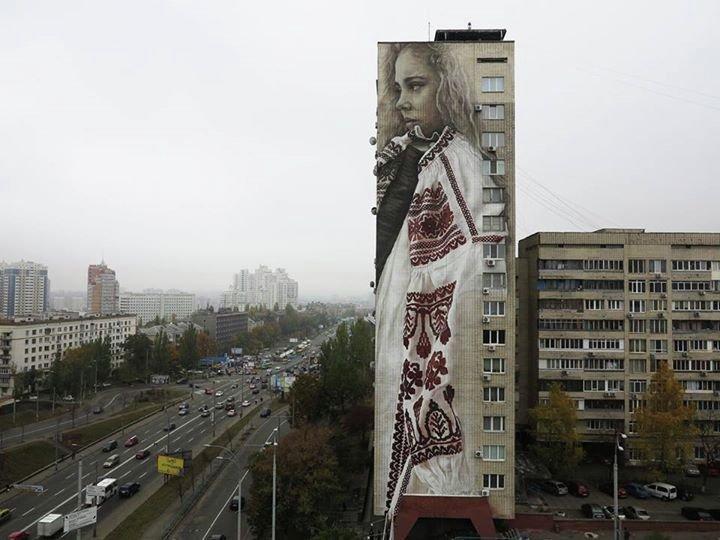 В Киеве художник написал портрет украинки в вышиванке величиной с 16-этажный дом