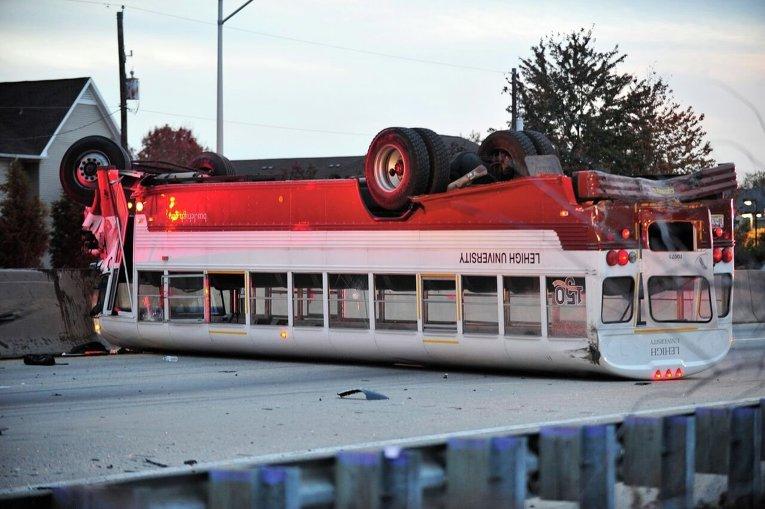 Перевернутый школьный автобус в Вифлееме.