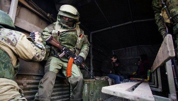 Бойцы Вооруженных сил Украины во время обмена пленными возле города Счастье в Луганской области