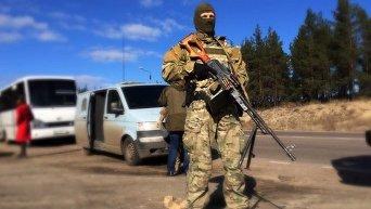 Бойцы ВСУ и Красный крест на обмене пленными в Счастье