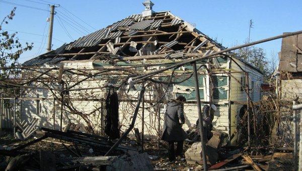Разрушения и остатки разорвавшихся боеприпасов в Сватово после пожара в арсенале