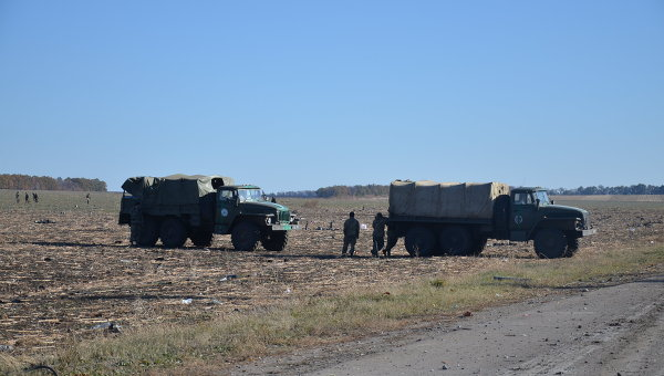 Личный состав ВСУ совместно с работниками подразделений МВД, ГСЧС проводит инженерную разведку и зачистку территории вокруг арсенала боеприпасов в Сватово