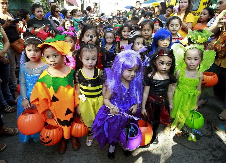 Школьники в костюмах на параде Хэллоуина в городе Паранак в Маниле