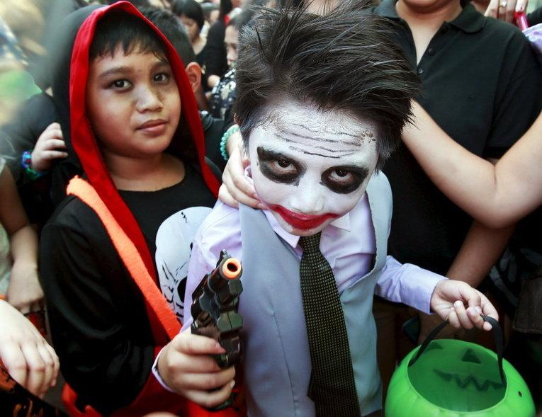 Школьники отмечают Хэллоуин в Маниле