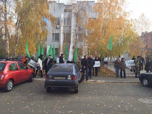 Группа сторонников партии УКРОП у здания суда в Чернигове, где будет избрана мера пресечения Геннадию Корбану