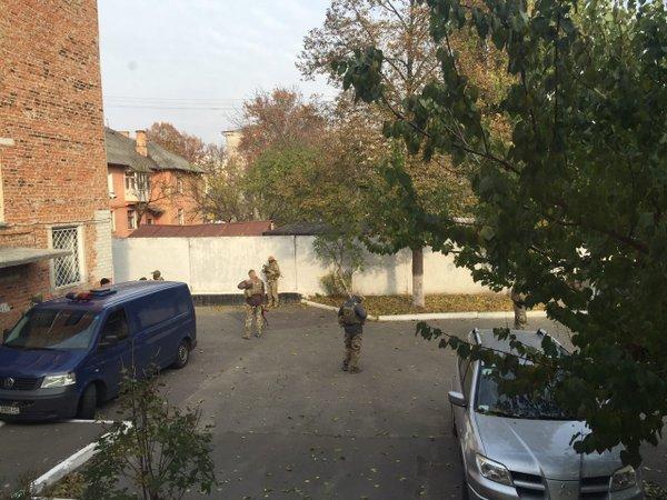 Микроавтобус СБУ, в котором Геннадий Корбан был доставлен в суд Чернигова