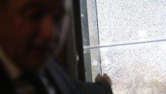 Стекло в кабинете Шокина, поврежденное в результате выстрела