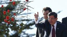 Премьер-министр Давутоглу бросает сторонникам правящей партии гвоздики после победы на парламентских выборах в Турции.