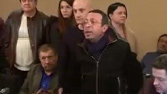 Геннадий Корбан бросается книгами