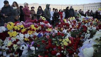 Жители Санкт-Петербурга на Дворцовой площади чтят память погибших в авиакатастрофе в Египте