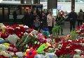 Горы цветов возле аэропорта Пулково в Санкт-Петербурге в память о жертвах катастрофы A321 в Египте
