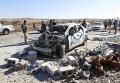 Члены курдских повстанцев у разрушенного автомобиля в городе Дибис, на северо-западе от Киркука