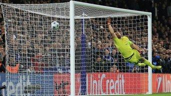 Александр Шовковский пропускает гол после удара Виллиана во время матча Челси - Динамо