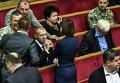 Андрей Тетерук пьет воду в зале Верховной Рады 6 ноября 2015 г