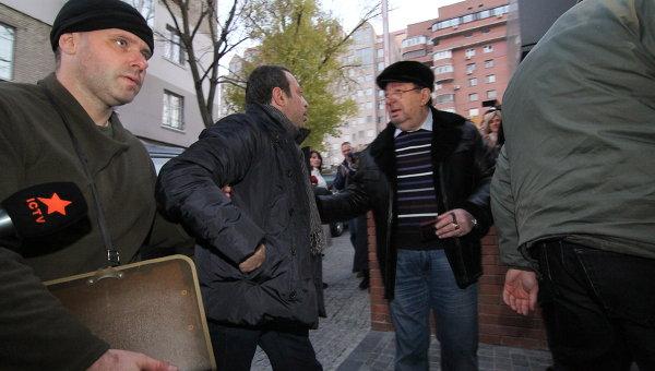 Геннадий Корбан с отцом возле дома в Днепропетровске