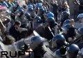 Столкновения участников антифашистского митинга с полицией в Болонье. Видео