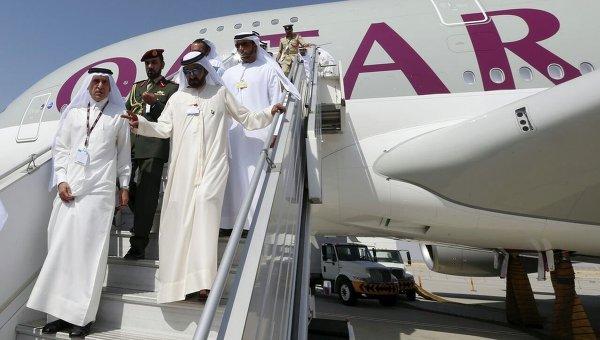 Генеральный директор Qatar Airways Акбар Аль Бакер (слева) и премьер-министр, вице-президент ОАЭ, правитель эмирата Дубай Мохаммед ибн Рашид аль-Мактум на международной авиационно-космической выставке Dubai Airshow-2015