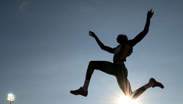 Спортсмен в финальных соревнованиях по прыжкам в длину. Архивное фото